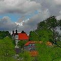 Jest takie miejsce gdzieś nad Wisłą ...może to kościół wyziera z zieleni, może szkoła ...miasto to albo wieś? #kościół #szkoła #wieś #Czernichów